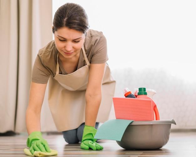 Donna che pulisce il pavimento