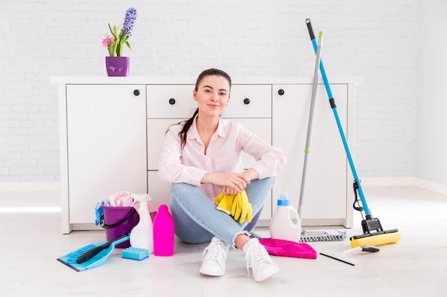 Donna che pulisce la sua casa