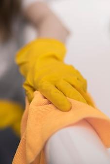 Donna che pulisce la superficie con un panno