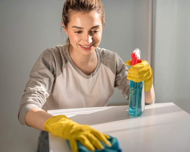 Donna che pulisce la superficie