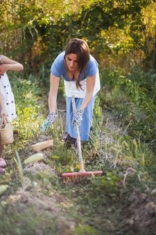 Donna che raccoglie zucca nel campo