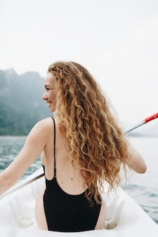 Donna che rema una canoa attraverso un parco nazionale