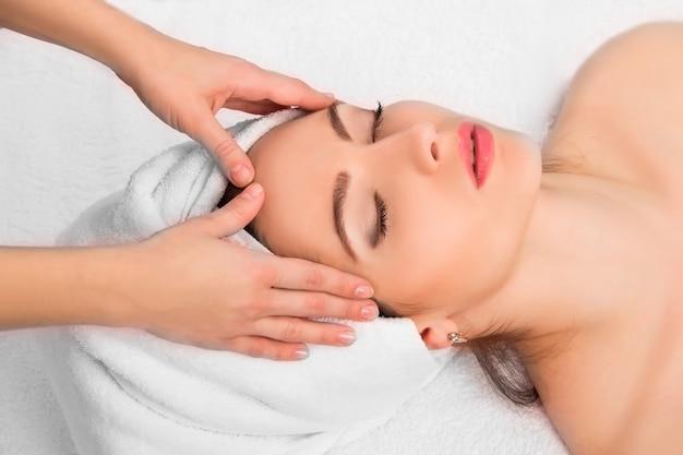 Donna che riceve il massaggio nella spa