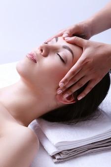 Donna che riceve massaggio su un centro benessere