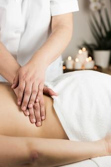 Donna che riceve un massaggio nel centro benessere