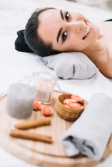 Donna che riceve un massaggio rilassante in una spa