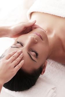 Donna che riceve un massaggio rilassante presso la spa