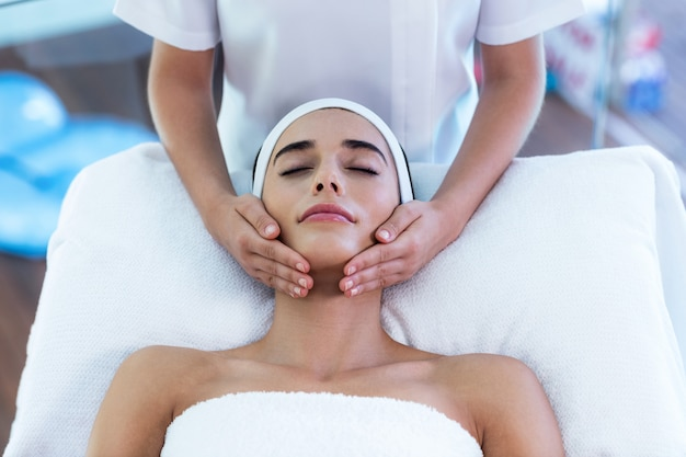 Donna che riceve un massaggio viso