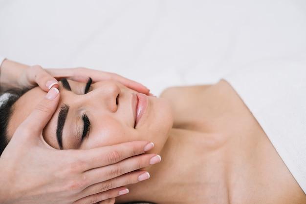 Donna che riceve un rilassante massaggio al viso