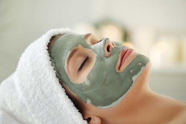 Donna che riceve un trattamento di bellezza per la cura della pelle