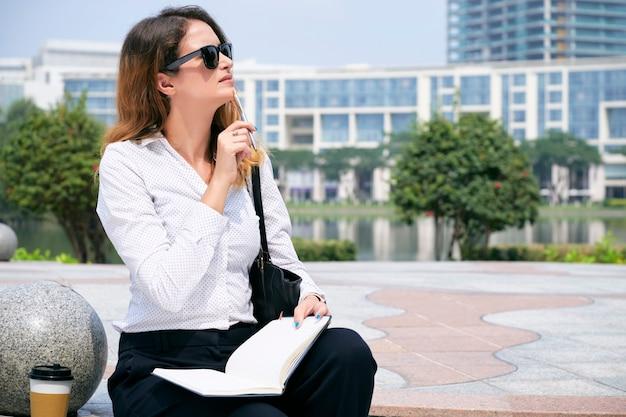 Donna che riflette sull'idea di affari