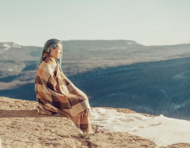 Donna che riposa sulla scogliera