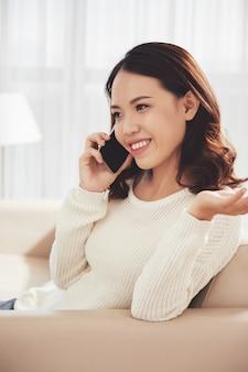 Donna che rivolge al telefono