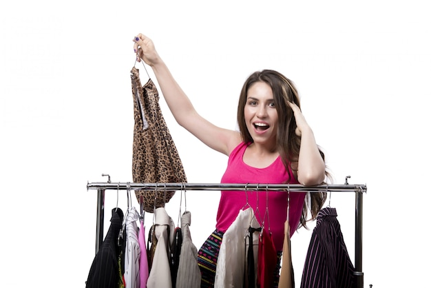 Donna che sceglie abbigliamento in negozio isolato su bianco