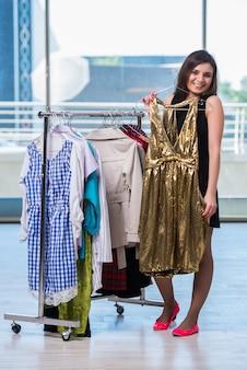 Donna che sceglie i vestiti nel negozio
