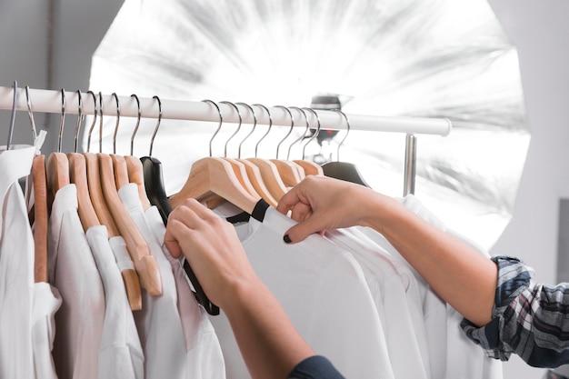 Donna che sceglie i vestiti per un servizio fotografico