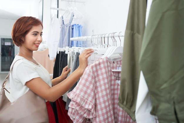 Donna che sceglie i vestiti
