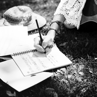 Donna che scrive alcuni testi