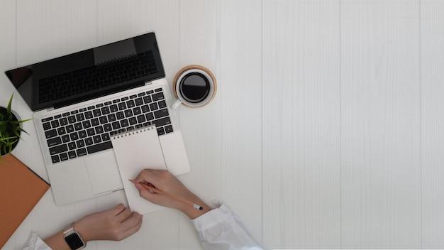 Donna che scrive e lavora al computer portatile. affari e copia lo sfondo dello spazio