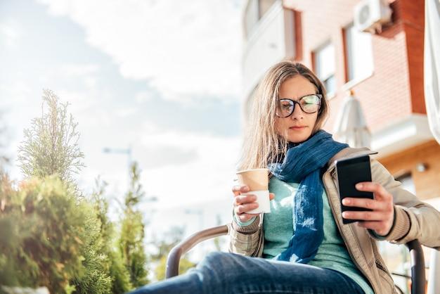 Donna che scrive sullo smart phone