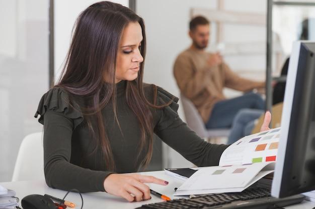 Donna che seleziona i colori in ufficio
