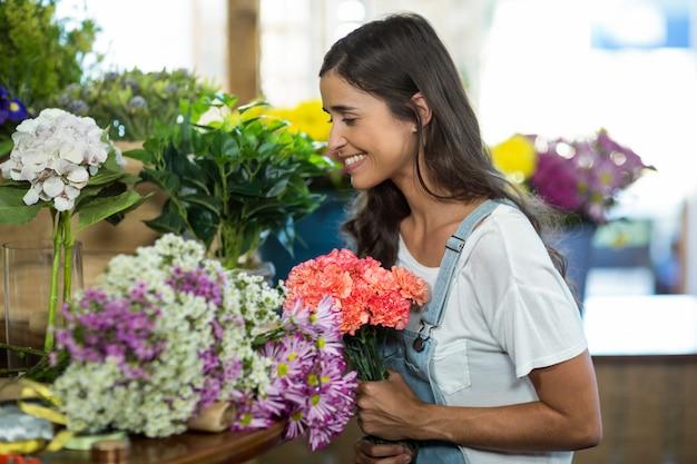 Donna che seleziona i fiori al negozio di fiorista