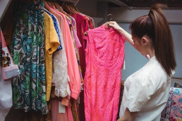 Donna che seleziona i vestiti