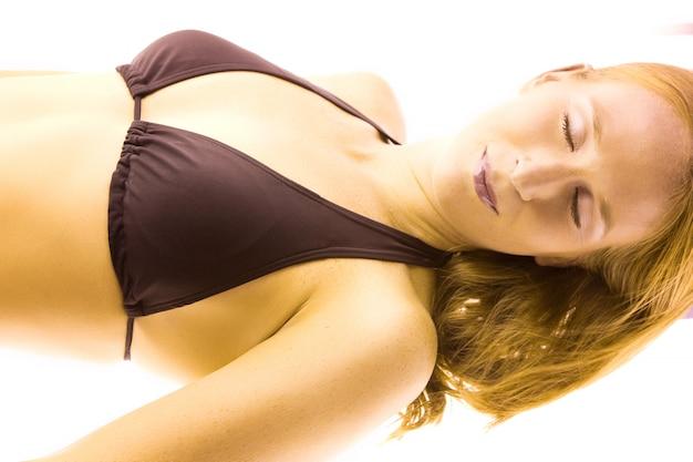 Donna che si abbronza nel solarium