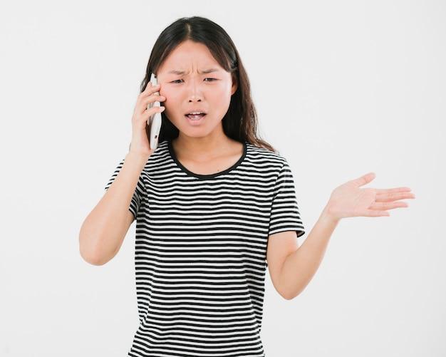 Donna che si arrabbia al telefono