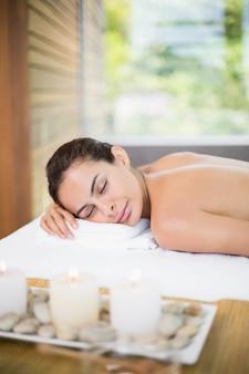 Donna che si distende sul lettino da massaggio