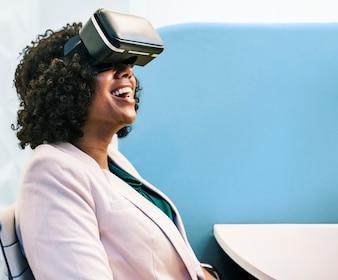 Donna che si diverte con un auricolare VR