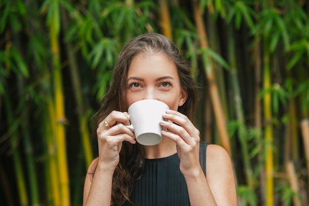 Donna che si diverte in una caffetteria