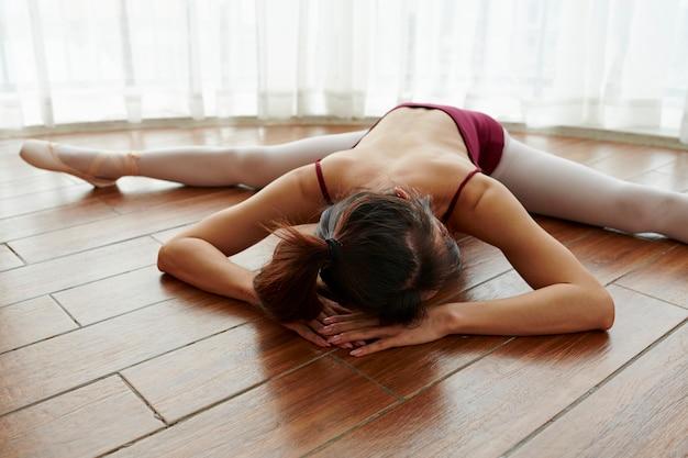 Donna che si estende sul pavimento