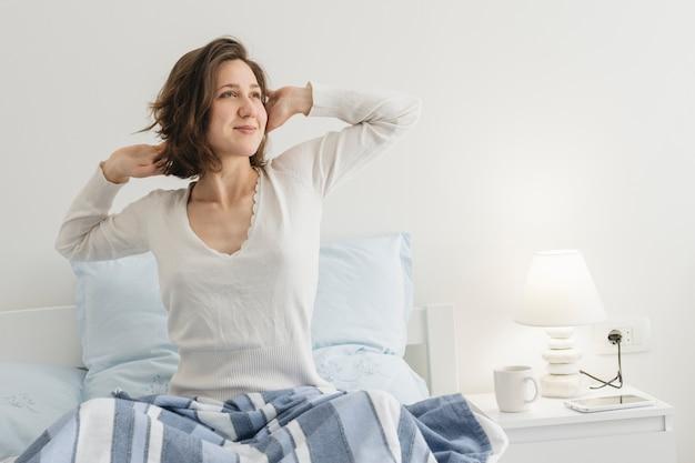 Donna che si rilassa nel suo letto