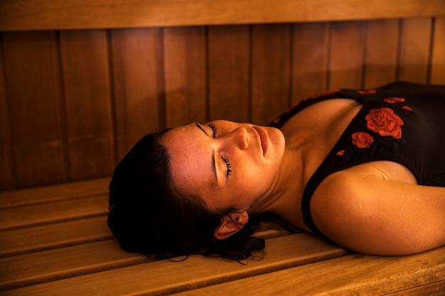 Donna che si rilassa nella sauna