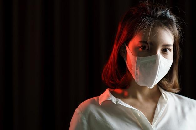 Donna che si sente male e indossa una maschera protettiva
