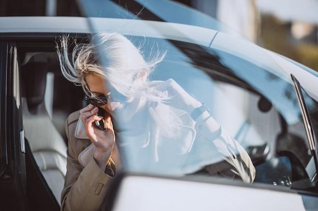 Donna che si siede in auto electo
