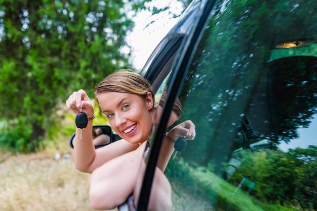 Donna che si siede in macchina con la chiave