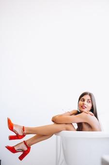 Donna che si trova nella fotografia di moda bagno