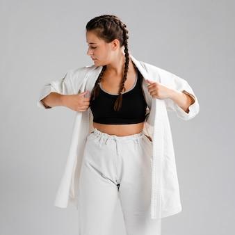 Donna che si veste in uniforme bianca