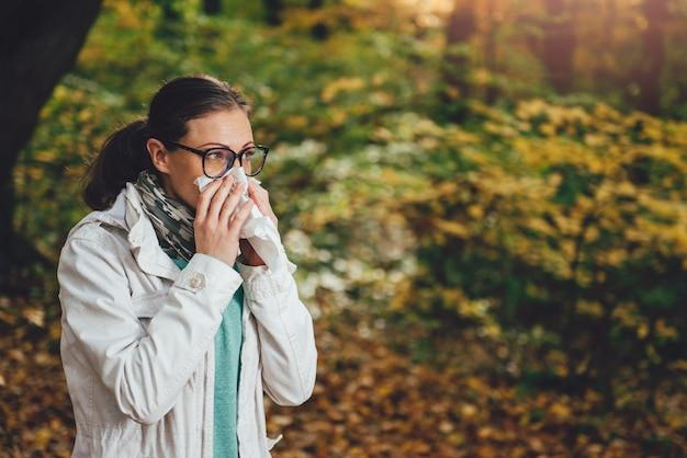 Donna che soffia il naso