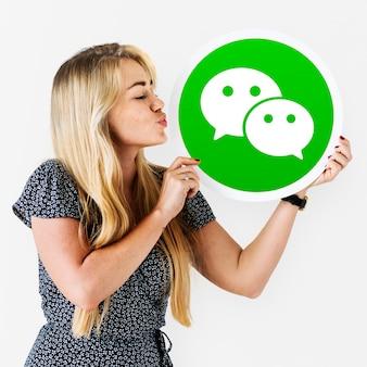 Donna che soffia un bacio a un'icona di wechat