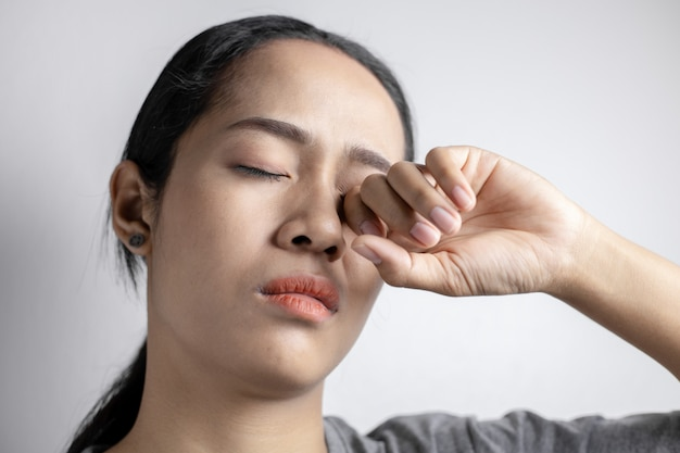 Donna che soffre di forti dolori agli occhi.