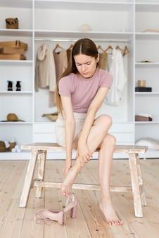 Donna che soffre di indossare tacchi alti