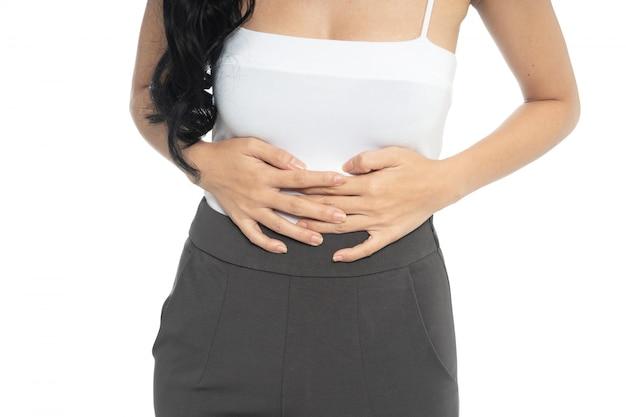 Donna che soffre di mal di stomaco, crampi mestruazioni isolato su bianco