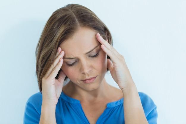 Donna che soffre di mal di testa