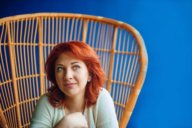 Donna che sogna sulla sedia