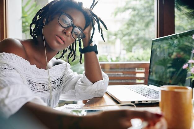 Donna che studia a casa