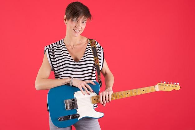 Donna che suona la chitarra elettrica