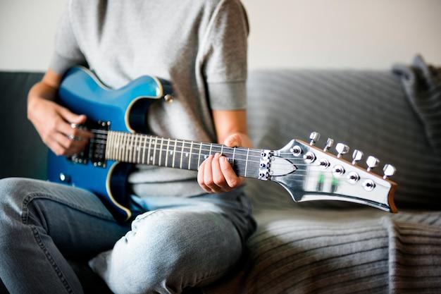 Donna che suona una chitarra elettrica